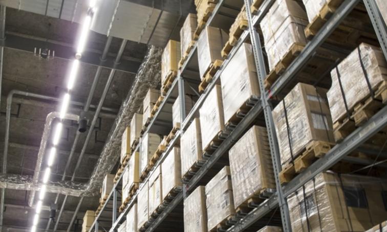急増する物流のインフラを支える自動倉庫システム制御用パソコンを最小コストで更新